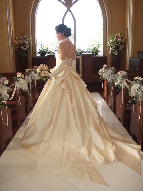 81015173c4c 淑子さんの一番のお気に入りのウエディングドレスです!タイ王室御用達の最高級シルク、ジム・トンプソンの生地を使用したこちらのドレスは、素材の良さを生かし、  ...